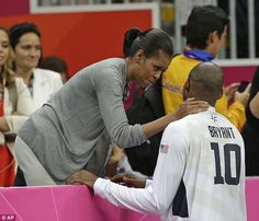 Michelle Obama With USA Basketball First Lady Michelle Obama talks with USA's Kobe Bryant after USA defeated France in a preliminary men's basketball game at the 2012 Summer Olympics, Sunday, July in London. Olympic Basketball, Basketball Photos, Basketball Players, Bryant Basketball, Kobe Bryant Family, Kobe Bryant 24, Michelle Obama Fashion, Barack And Michelle, Kobe Bryant Pictures