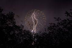 Fuegos artificiales fusionados con rayos eléctricos