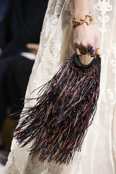 The complete Christian Dior Fall 2018 Ready-to-Wear fashion show now on Vogue Runway. Fashion Bags, Boho Fashion, Fashion Accessories, Fashion Trends, Fashion Outfits, Dior Fashion, Autumn Fashion 2018, Fashion Week Paris, Vogue