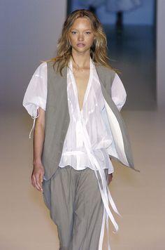 Stella McCartney at Paris Fashion Week Spring 2005 - Livingly Fashion 2017, Couture Fashion, Fashion Show, Fashion Dresses, Fashion Looks, Paris Fashion, Womens Fashion, Fashion Design, Fashion Over Fifty