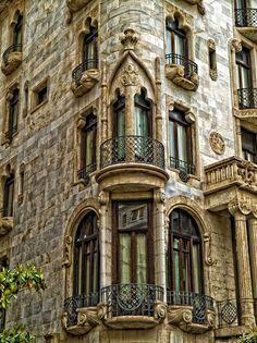 Detalle de la fachada de la #CasaFuster http://www.viajarabarcelona.org/lugares-para-visitar-en-barcelona/casa-fuster/ #Barcelona
