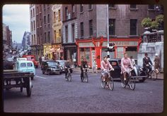 In American photographer Charles Cushman visited Ireland and captured wonderful photos of its capital, Dublin, on color slides. Old Pictures, Old Photos, Then And Now Photos, Dublin City, Romantic Photos, Dublin Ireland, Portrait Photo, Vintage Photographs, Historical Photos
