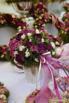 Florale Deko-Idee: Getrocknete Blumen als Kranz, Bouquet, Gesteck oder Strauß. In verschiedenen Farben und Formen. Als langlebige und haltbare Tischdeko oder Brautstrauß. Und mit dezenter farblich passender Schleife.