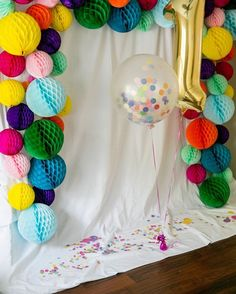 Colorful #circle #garland #backdrop #confetti filled #balloon at this party!Nice photo via #ProjectNursery