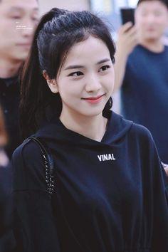 Who is Jisoo from Blackpink? Korean singer Jisoo is one of the lead singers in K-Pop band, Blackpink. The became a YG Ent. Blackpink Jisoo, Kim Jennie, Kpop Girl Groups, Korean Girl Groups, Kpop Girls, Divas, Fake Instagram, Black Pink ジス, Black Girls
