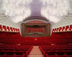 Carlo Mollino etwa schuf mit dem Teatro Regio 1973 ein ganzes Opernhaus, dessen Grundriss der geschwungenen Silhouette einer Frau gleicht.