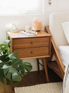 Mesa de luz vintage en un dormitorio nórdico. Foto: Almostmakesperfect