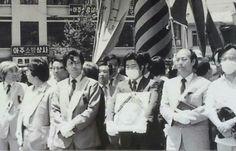 1987년 6월 부산 민주항쟁 시위 중 사망한 고 이태춘 열사의 영정사진을 들고 부산 거리를 행진하는 고 노무현 전 대통령과 문재인 대통령.