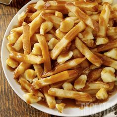 Poutine- I love making these at home! It's so easy and delicious Canadian Dishes, Canadian Food, Sauce Recipes, Cooking Recipes, Easy Recipes, My Favorite Food, Favorite Recipes, Actifry Recipes, Pasta