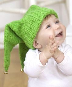 Deine süße kleine Fee wird total niedlich aussehen mit dieser weihnachtlichen Mütze mit Glöckchen. Stricke sie mit einer Rundstricknadel und wechsle bei weniger Maschen auf ein Nadelspiel.