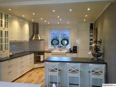 vitt kök,lantligt kök,kök,vitt kök kakel,köksrenovering efter Kitchen Room Design, Modern Kitchen Design, Kitchen Layout, Home Decor Kitchen, Kitchen Interior, Home Kitchens, Updated Kitchen, New Kitchen, Corner Stove