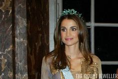 Queen Rania of Jordan wears a black gold and emerald tiara, on loan from Boucheron, during a state visit to Sweden, October 2003 Queen Rania, Royal Tiaras, Chaumet, Royal Jewelry, Crown Jewels, Black Gold, Emerald, Sweden, Royals