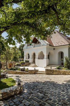 Egy 200 éves kúria Csopakon - Lakáskultúra magazin Rural House, House In The Woods, Spanish Style Homes, Little Houses, Traditional House, Hungary, New Homes, Cottage, Exterior