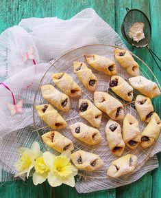 The fluffy Cornulete jam Jam Roll, My Recipes, Cake Recipes, How To Make Cake, Bon Appetit, Camembert Cheese, Crisp, Mai, Rolls