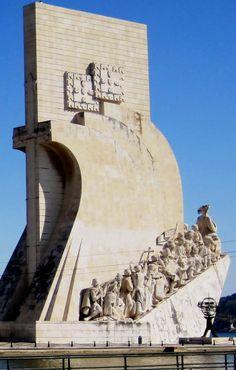 El Monumento a los Descubrimientos, popularmente conocido como Padrão dos Descobrimentos, es un monumento construido en 1960, en la margen del río, en Belém, Lisboa, para conmemorar los 500 años de la muerte de Enrique el Navegante descubridor de Madeira, Las Azores y Cabo Verde. El Monumento a los Descubrimientos contiene un grupo escultórico con forma de punta de carabela.