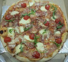 ово је наша пица.Ефикас пица. моцарела,пршута,чери,рукола,пармезан... www.efikas-dostavahrane.rs