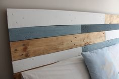 combine the accessories with the colors of the headboard to integrate all the elements Wood Projects, Decoration, Beach House, Diy, Bedroom, Interior, Menorca, Flan, Furniture