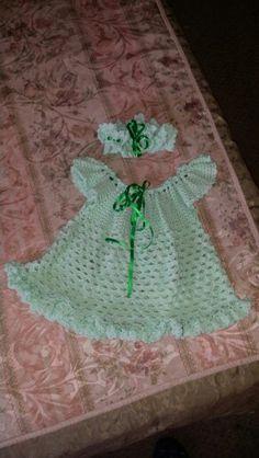 Bella batica en verde tejida con su cinta
