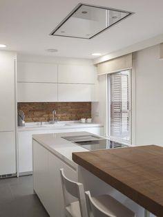 Una cocina moderna conectada con el salón