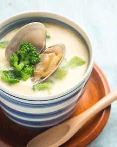 春らしい淡い色合いが引き立つ、茶碗蒸しのレシピ。蒸し器がなくても、お鍋一つで調理できます。特別な材料がいらないので、ぜひ試してみて。