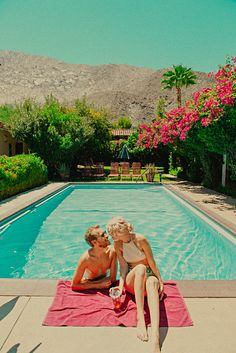 Usa travel inspiration - poolside in palm springs - cute! Slim Aarons, Couple Shots, Couple Posing, Palm Springs Style, Pool Picture, Good Vibe, Foto Instagram, Waves, Couple Pictures
