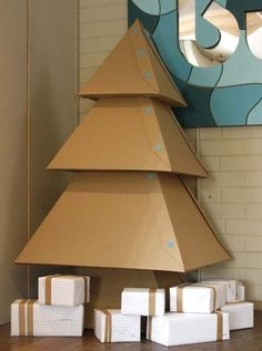Arbol navideño con cajas  - #AdornosNavideños, #DecoracionNavideña, #Navidad http://navidad.es/12631/arbol-navideno-con-cajas/