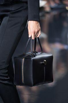 Christopher Kane at London Fashion Week Spring 2015 - Details Runway Photos Tote Handbags, Purses And Handbags, Leather Handbags, Gigi Bags, Vanity Bag, Work Bags, Leather Bags Handmade, Day Bag, Vintage Handbags
