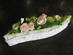 Compositions florales roses et freesia Belle Plante, Deco Floral, Floral Bouquets, Ikebana, Flower Decorations, Paper Flowers, Floral Arrangements, Planters, Design