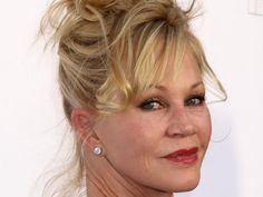 """Der Hautkrebs ist zurück: Nach 2009 musste sich Schauspielerin Melanie Griffith erneut wegen der gefährlichen Erkrankung operieren lassen. Schauspielerin Melanie Griffith (60, """"Die Waffen der Frauen"""") hat sich nun schon zum zweiten Mal wegen einer Hautkrebs-Erkrankung einer Operation..."""