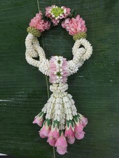 'พวงมาลัยดอกไม้สด เดลิเวอรี่' ไอเดีย 2 สาว บัณฑิต ม.เกษตร สกลฯ