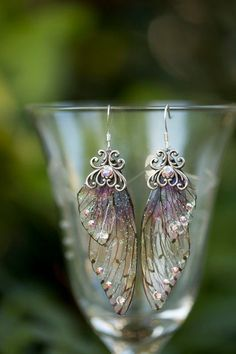 Zucker-Pflaume Fee Flügel Silber-Ohrringe The earrings purple fairy wings are made with our purple toned special ombre mini fairy wings and accented with Swarovski rhinestones and a filigree silver em Cute Jewelry, Jewelry Box, Jewelry Accessories, Jewelry Design, Jewelry Making, Unique Jewelry, Jewlery, Jewelry Stores, Fancy Jewellery