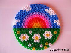 Posavasos modelo arco iris.   Si te gusta puedes adquirirlo en nuestra tienda on-line: http://www.mistertrufa.net/sugarshop/ Ver más en: http://mistertrufa.net/librecreacion/groups/hama-beads/