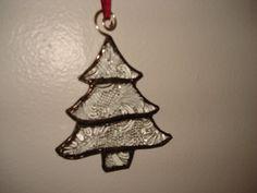 Ornamento del árbol de Navidad de vidrieras. Hecho de cristal textured. Mide aproximadamente 4 pulgadas de alto. (16)