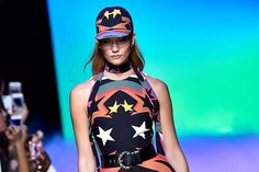"""Vamos falar de Elie Saab?! Hoje foi dia de desfile do estilista na Paris Fashion Week e, diferente das últimas coleções mais comedidas e em busca de um lado mais ready-to-wear, dessa vez o estlista extravasou geral! Chamada de""""Dancingon Stardust"""", a coleção era em apreciação à era disco dance, especialmente naquela fase do final dos […]"""