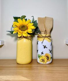 Mason Jar Vases, Mason Jar Centerpieces, Mason Jar Diy, Mason Jar Kitchen Decor, Mason Jar Projects, Mason Jar Crafts, Bottle Crafts, Diy Crafts Vases, Sunflower Themed Kitchen
