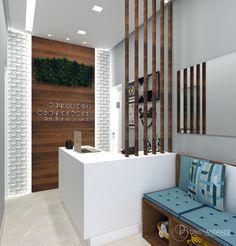 Recepção Consultório Odontológico. Usamos os mesmo padrões que os dos consultórios, madeira e branco. De fundo um painel com iluminação lateral da destaque para a recepção.