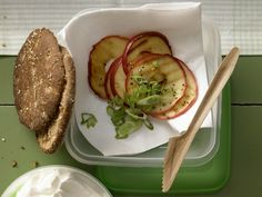 Fruchtig-pikantes Quarkbrötchen - mit würzigem Meerrettich und Apfel - smarter - Kalorien: 360 Kcal - Zeit: 15 Min. | eatsmarter.de