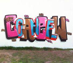 """Peter Preffington criou um estilo próprio de graffiti: essa série em camadas mostra palavra sobre palavra. Usando de 2 a 4 palavras, explorando o espaço entre as letras, Preffington """"brinca"""" com os nossos cérebros. O que antes era apenas uma enorme palavra grafitada, torna-se três ou quatro quando vista com mais atenção."""