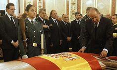 El Rey, acompañado de la Reina, rinde homenaje a Adolfo Suárez