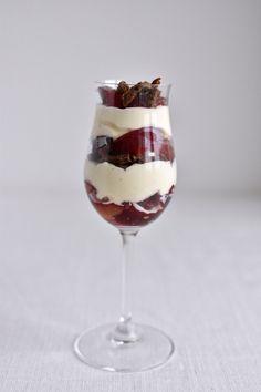 Denne blommetrifli byder syltede blommer, vaniljet flødeskum og bagt hvid chokolade. Så simpel og så efterårslækker!