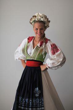 Kristína Krajčírová si na svetovú súťaž si tiež vezie nádherný liptovský kroj, ktorý jej do sveta zapožičal folklórny súbor Lúčnica.