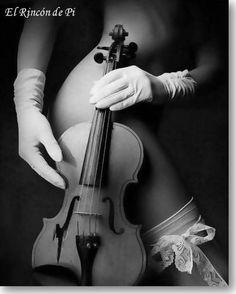 Sabes a silencio y a sueños, con melodías de ternura y tacto de deseo, sabes a mi mundo, a todo lo que anhelo, sabes a amor, a mi amor.