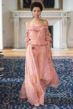 The complete Valentino Spring 2017 Ready-to-Wear fashion show now on Vogue Runway. Fashion Week, Fashion 2017, Runway Fashion, Spring Fashion, High Fashion, Paris Fashion, Style Haute Couture, Couture Fashion, Lineisy Montero