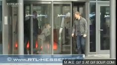 Justin Bieber walking into a glass door<<< this makes me very happy Dont Forget To Smile, Don't Forget, Tom Hiddleston Dancing, Justin Bieber Facts, When Youre Feeling Down, Friends Episodes, Universal Pictures, Funny Fails, Really Funny