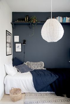 1001 ideas for deco small adult room 1001 id es pour la d co petite chambre adulte Deco small adult room narrow adult bedroom decor cozy gray wall bedroom decor and well-appointed bed Trendy Bedroom, Modern Bedroom, Dark Blue Bedrooms, Blue Gray Bedroom, Dark Blue Walls, Grey Walls, Home Decor Bedroom, Kids Bedroom, Scandi Bedroom