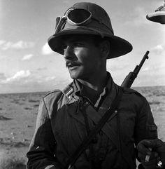 Soldato italiano in tenuta coloniale in Africa.