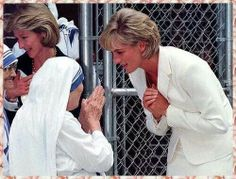 June Diana, Princess of Wales & Mother Theresa at the Missionaries of Charity in the south Bronx, New York. Images Of Princess, Princess Diana Photos, Princess Of Wales, Lady Diana, Jerry Lee Lewis, Sammy Davis Jr, Christopher Reeve, Danny Devito, Ella Fitzgerald