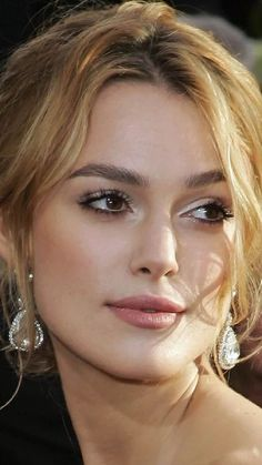 wedding hairstyles blonde Keira Knightly - dark eyebrows but blonde hair, I could pull this off Blonde Eyebrows, Dark Eyebrows, How To Color Eyebrows, Makeup Eyebrows, Hair Makeup, Romantic Wedding Makeup, Natural Wedding Makeup, Bridal Makeup, Trendy Wedding