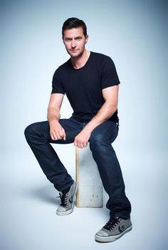 Richard Armitage wearing a tshirt, jeans, and converse...? Oh yeaaaa