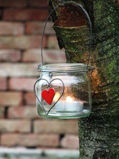 Jemná lucernička... srdcovka Lucerničku jsem vyrobila ze zavařovací sklenice od babičky, doplnila ji srdíčkem, v němž světlo svíčky prosvítá... Sklenice je vysoká 10 cm... Moc jí to sluší na trámu zavěšená či v okně, na parapetu, starém kredenci.... Lucerničku dodám také s víčkem na uzavření, tak ji můžete použít také jako dozičku na cokoli... S nápadem na ...